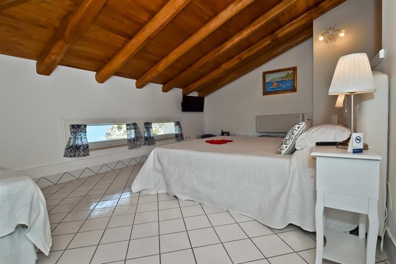 Superior mansardata vista mare diretta palazzo dogana resort for Camera diretta